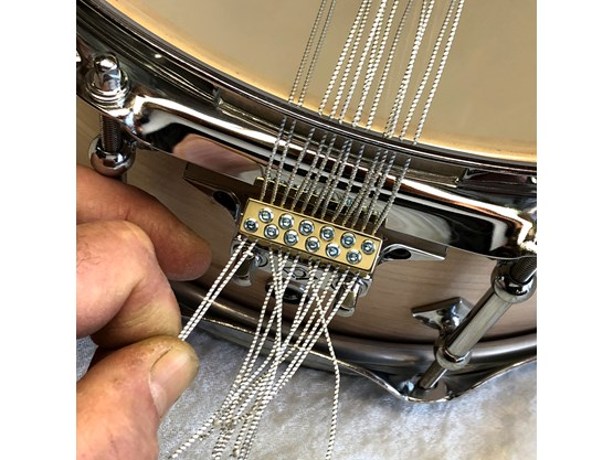 16) fix the snare wires with the Allen key… just lock them softly in the beginning, as you still might have to adjust them to even tension (!!throw-off has to be set to ON position when locking the snares!!)